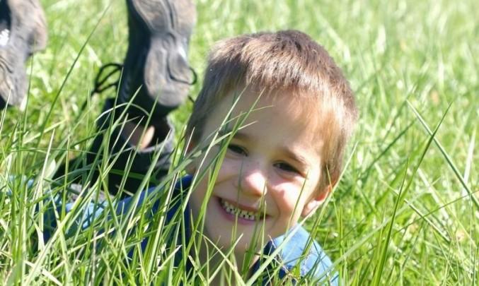 kluk, chlapec, tráva, pampeliška, odkvést, alergie