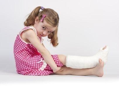 Holčička se zlomenou nohou