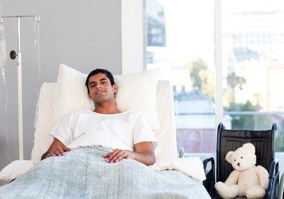 ležící mladý muž v nemocnici
