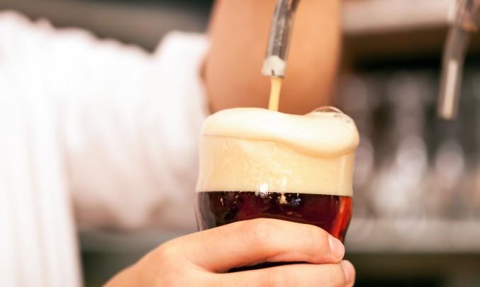 číšník točí pivo