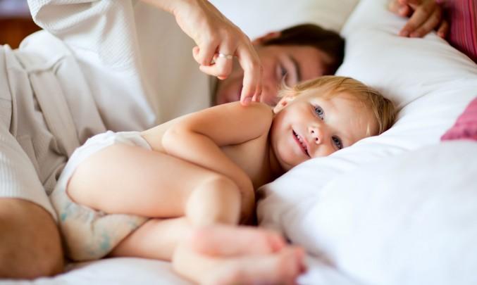 dítě v posteli s tatínkem