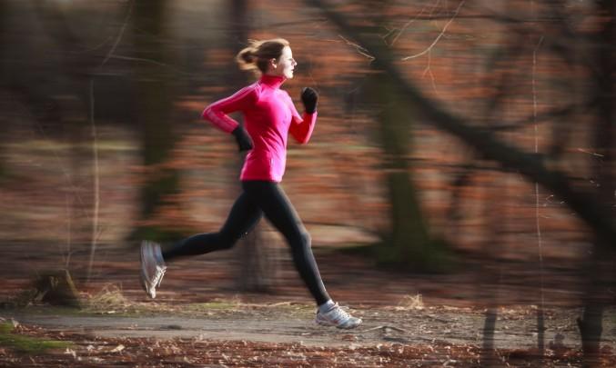 žena běhá v lese