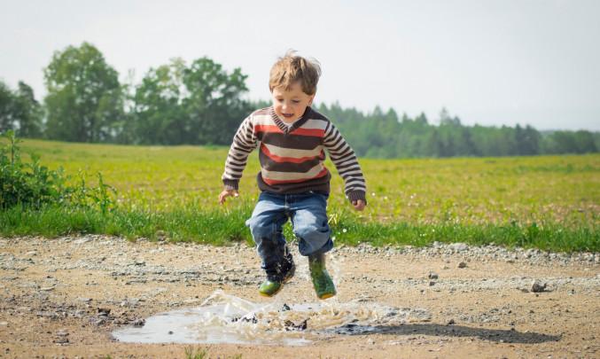 Dítě radostně skáče