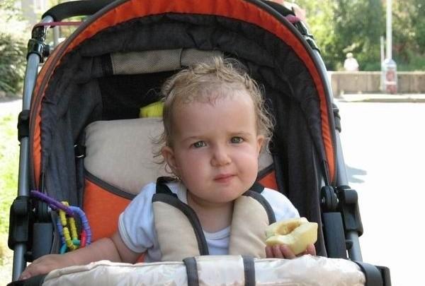holčička, kočárek, dítě, batole, jídlo