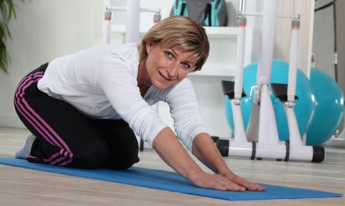 žena cvičící na podložce