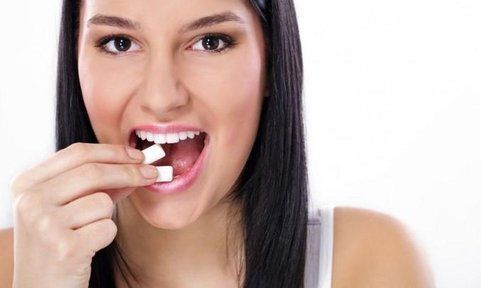 dívka si dává do pusy žvýkačku