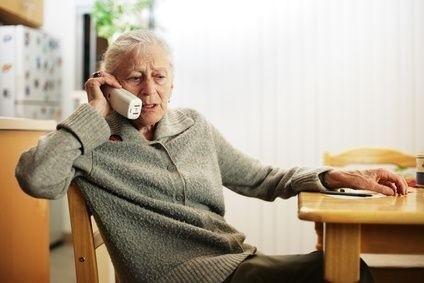 Seniorka u telefonu