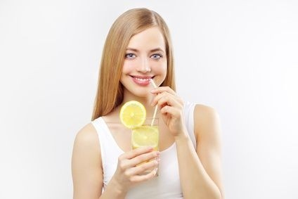slečna pije limonádu
