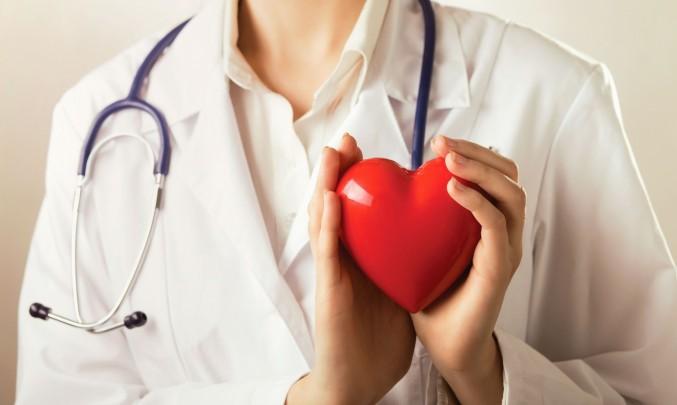 lékař s fonendoskopem srdce
