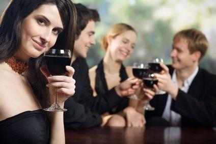 žena s vínem