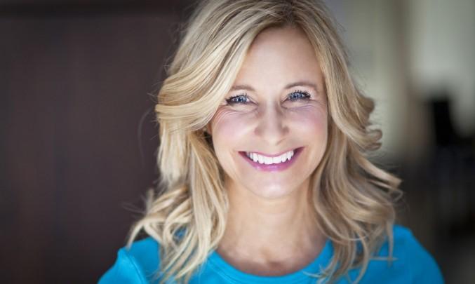 spokojená blonďatá žena se usmívá