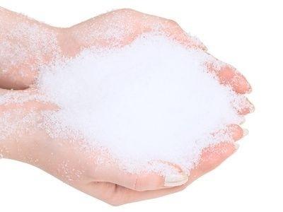 Ruce se sněhem