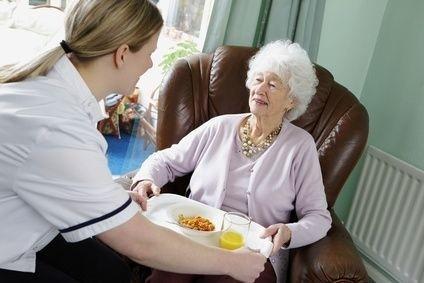 pečovatelka pomáhající důchodkyni