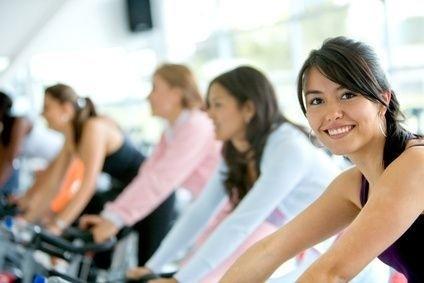 lidé na spinningu v tělocvičně