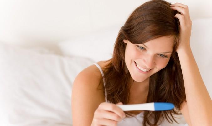žena s těhotenským testem