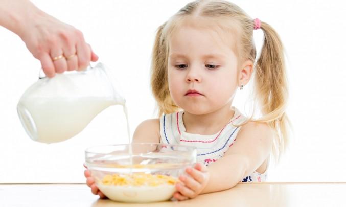 holčička s mlékem