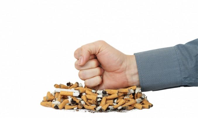 pěst na hromadě cigaret