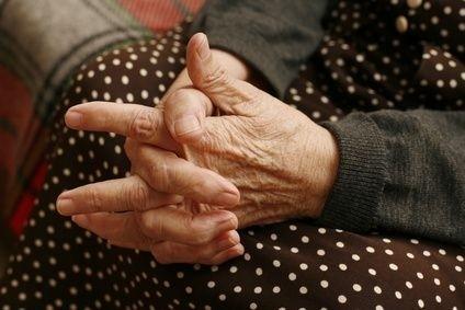 sepnuté ruce seniora