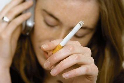 Kuřačka s mobilem