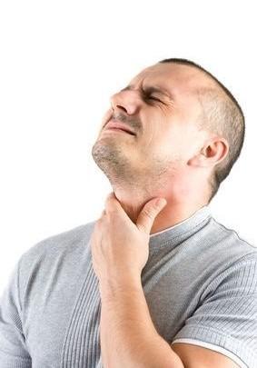 muž polykající s bolestí potravu