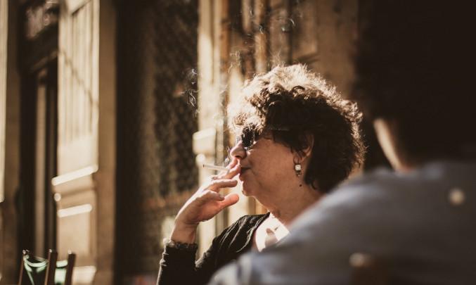 Starší paní s cigaretou