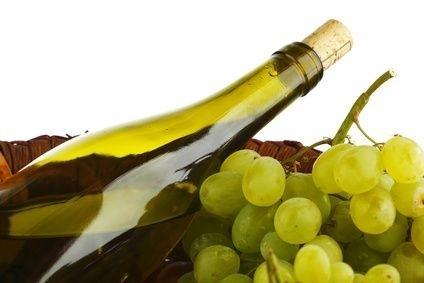 láhev vína s hroznovým vínem