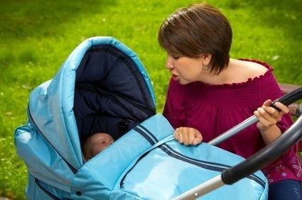 Matka s dítětem v kočárku