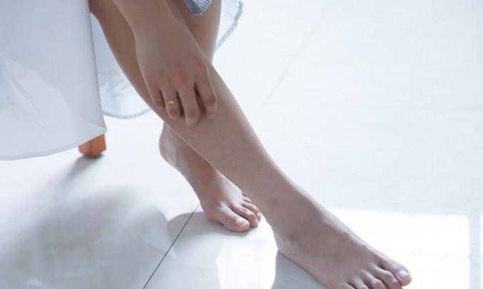 Žena se škrábe na noze