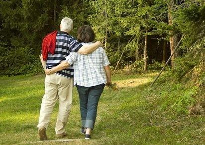 pár seniorů na procházce