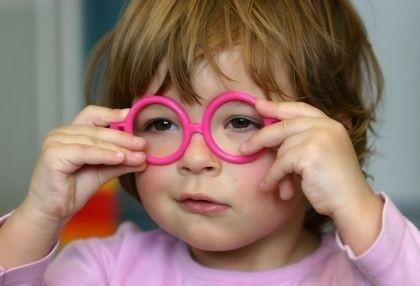 holčička s růžovými brýlemi