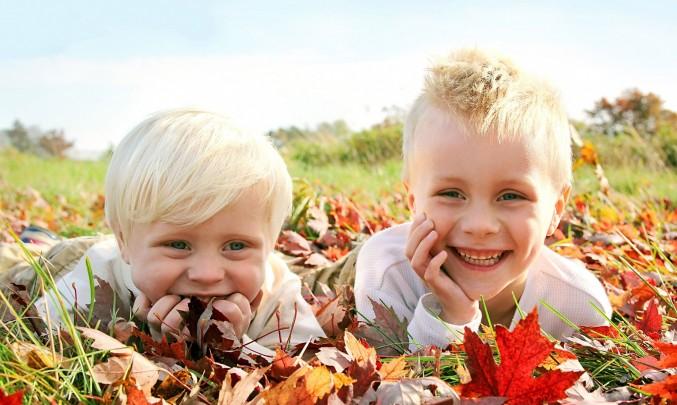 děti se válí v listí