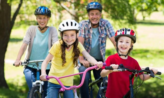 rodina jede na kole