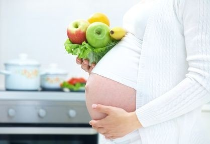 těhotná žena se zeleninou