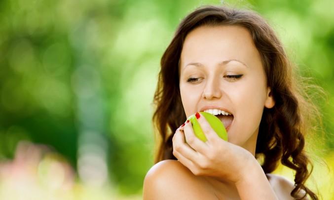 slečna jí jablko