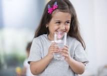 holčička pije vodu