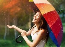 venku prší a paní s deštníkem se směje