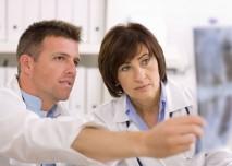 konzultace lékařů nad rentgenem