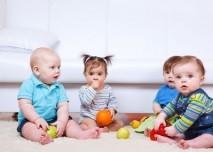 hrající si děti, spolknutí cizího předmětu