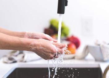 Mytí rukou pod tekoucí vodou