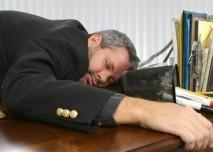 vyčerpaný muž na pracovním stole