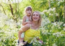 matka s dcerou v rozkvetlém křoví