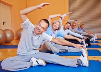 muž se snaží cvičit jógu