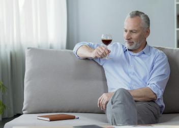 muž, víno, stáří