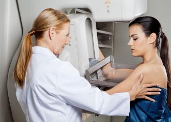mamograf_vysetreni_prsu_pacientka_lekarka_screening