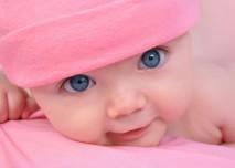 růžové miminko v čepičce