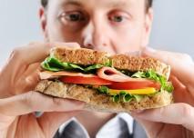 muž jí sandwich