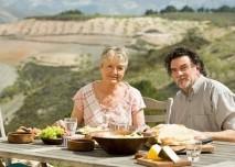 starší pár nad jídlem