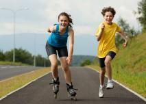 sportující děti venku
