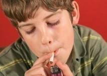 Dítě,cigareta,malý kuřák,kouření dětí,chlapec,zapalovač