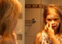 Zrcadlo, dívka, hygiena,akne